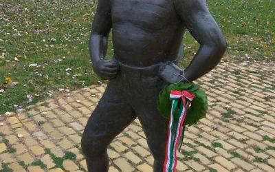 A Sportmúzeum munkatársai megkoszorúzták Vermes Lajos szobrát Palicson